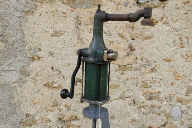 Pompe à huile à main  sur pied artisanal