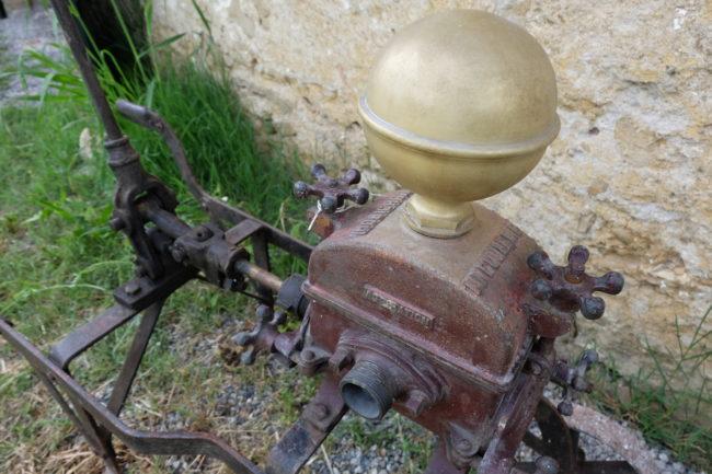 Pompe à vin ancienne